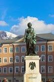 Mozart-Statue in Salzburg Österreich stockfotografie
