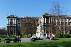 Mozart Statue y museo de la etnología en Burggarten Viena, Austria imágenes de archivo libres de regalías