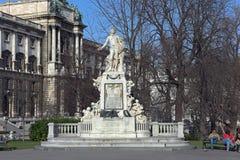Mozart Statue y museo de la etnología en Burggarten Viena, Austria imagen de archivo