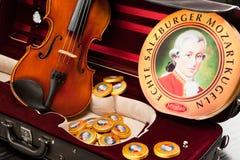 Mozartkugeln und Mozarttaler Stockfotos