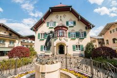 Mozartplatz在有沃尔夫冈・阿马德乌・莫扎特,奥地利雕象的高山镇StGilgen作为孩子的 免版税库存照片