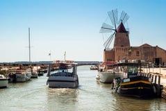Mozia盐舱内甲板和一台老风车在马尔萨拉,西西里岛 免版税库存照片
