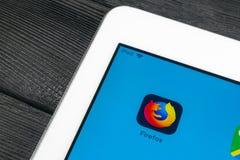 Mozilla Firefox applikationsymbol på närbild för Apple iPadpro-skärm Mozilla Firefox app symbol Mozilla firefoxapplikation samkvä arkivbilder