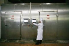 MOZYR,白俄罗斯- 2011年9月22日:肉食品处理植物 处理猪肉和牛肉 机器、机制和设备 图库摄影