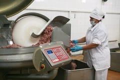 MOZYR,白俄罗斯- 2011年9月22日:肉食品处理植物 处理猪肉和牛肉 机器、机制和设备 免版税库存图片