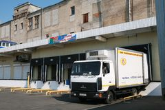 MOZYR,白俄罗斯- 2011年9月22日:肉食品处理植物 处理猪肉和牛肉 机器、机制和设备 库存照片