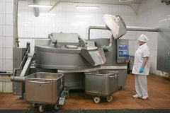 MOZYR, БЕЛАРУСЬ - 22-ое сентября 2011: Завод обработки мяса Обрабатывать свинины и говядины Машины, механизмы и оборудование стоковое изображение rf