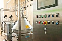 MOZYR, БЕЛАРУСЬ - 22-ое сентября 2011: Зернокомбайн для обрабатывать молоко Машины, механизмы и оборудование стоковое изображение rf