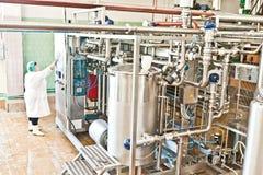 MOZYR, БЕЛАРУСЬ - 22-ое сентября 2011: Зернокомбайн для обрабатывать молоко Машины, механизмы и оборудование стоковые изображения rf