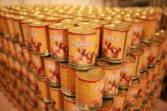 MOZYR BIAŁORUŚ, Wrzesień, - 22, 2011: Mięsny zakład przetwórczy skończony - produkty Dla zwierząt zakonserwowany jedzenie Fotografia Royalty Free
