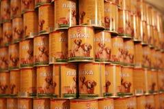 MOZYR BIAŁORUŚ, Wrzesień, - 22, 2011: Mięsny zakład przetwórczy skończony - produkty Dla zwierząt zakonserwowany jedzenie Fotografia Stock