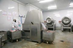 MOZYR, WEISSRUSSLAND - 22. September 2011: Die Fleischverarbeitungsanlage Verarbeitung von Schweinefleisch und von Rindfleisch Ma stockfoto