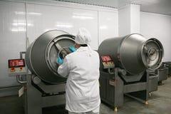 MOZYR, WEISSRUSSLAND - 22. September 2011: Die Fleischverarbeitungsanlage Verarbeitung von Schweinefleisch und von Rindfleisch Ma stockbilder