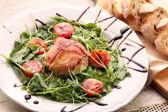 Mozzarella al forno in prosciutto di Parma con la rucola Fotografia Stock