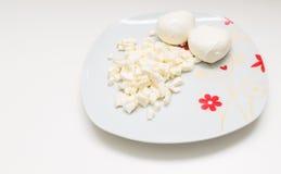 Mozzarella auf einer Platte Stockbild