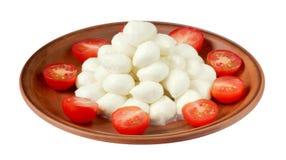 Mozzarella avec des tomates-cerises du plat d'isolement sur le backg blanc Image libre de droits