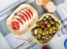 Mozzarella avec des tomates et des olives images libres de droits