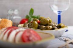 Mozzarella avec des tomates et des olives au foyer image libre de droits
