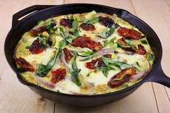 Mozzarella, Basilikum u. Zucchini Frittata stockbilder