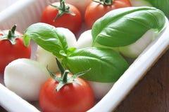Mozzarella, Basilikum und Tomaten Stockfotografie