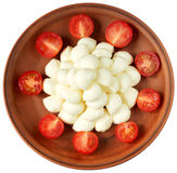 Mozzarella de bébé et tomates-cerises de plat sur le fond blanc Image stock