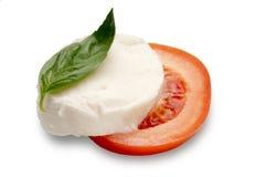 Mozzarella e manjericão cortados do tomate fotografia de stock royalty free