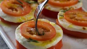 Mozzarella e pomodori scena Fette di formaggio fresco della mozzarella e del pomodoro Insalata con la mozzarella ed i pomodori - fotografia stock libera da diritti