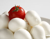 Mozzarella et une tomate Photo stock