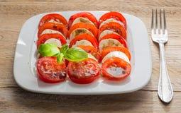 Mozzarella för Caprese salladtomat med basilika Royaltyfria Foton