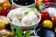 Mozzarella, ingredienti freschi per l'insalata e pane, primo piano fotografia stock libera da diritti