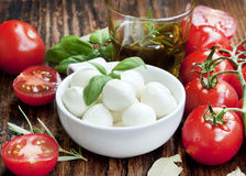 Mozzarella italiana con los tomates, Olive Oil y albahaca Foto de archivo libre de regalías
