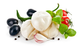 Mozzarella italiana del formaggio con l'oliva ed il basilico del pomodoro Immagini Stock Libere da Diritti