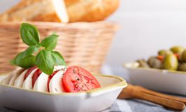 Mozzarella mit Tomaten und Oliven Stockbilder
