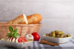 Mozzarella mit Tomaten und Oliven Stockfotos