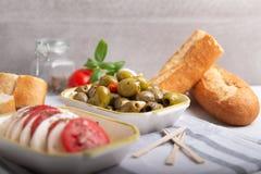 Mozzarella mit Tomaten und Oliven Stockbild
