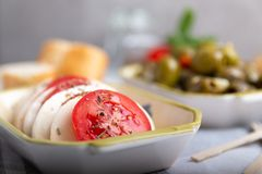 Mozzarella mit Tomaten und Oliven Stockfoto