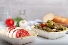 Mozzarella mit Tomaten und Oliven Lizenzfreie Stockfotografie