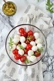 Mozzarella och sallad för körsbärsröda tomater Arkivfoton