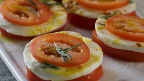 Mozzarella och tomater plats Skivor av ny tomat- och mozzarellaost Sallad med mozzarellaen och tomater - arkivbild