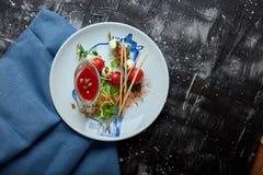 Mozzarella- och tomatsallad - som är caprese på plattan fotografering för bildbyråer