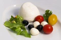 Mozzarella, olives et mini tomates photographie stock