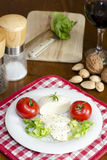 Mozzarella på en platta med sallad och tomater arkivbild