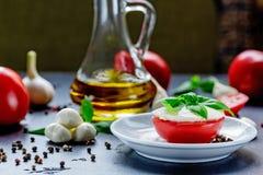 Mozzarella, pomodori rossi e basilico fresco su un fondo nero Fotografia Stock Libera da Diritti