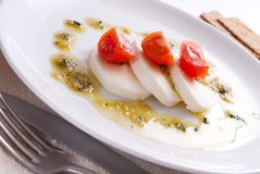 Mozzarella salat mit pesto Soße Stockfoto