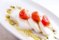 Mozzarella salat mit pesto Soße Lizenzfreie Stockfotografie