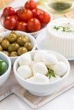 Mozzarella, sottaceti e cracker, verticali Fotografia Stock