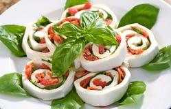 Mozzarella-Tomate-Basilikum rollt ups Lizenzfreie Stockfotos