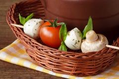 Mozzarella, Tomaten, Champignon und frischer Basilikum. Stockbilder