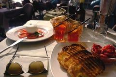Mozzarella, Tomaten, Croutons und bruschetta Lizenzfreies Stockfoto