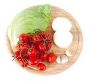 Mozzarella und Gemüse auf hölzernem Vorstand lizenzfreies stockfoto